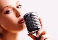 4840023-chanteuse-pop-avec-le-microphone-retro