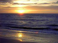 800px-De-Panne-Sonnenuntergang-am-strand
